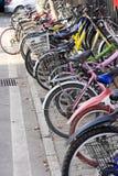 Fila de bicicletas coloridas Imagen de archivo libre de regalías