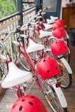 Fila de bicicletas con los timones foto de archivo
