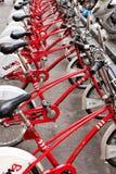 Fila de bicicletas rojas en un estante de la bici fotos de archivo