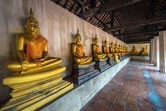 fila de Buda de oro en Bangkok, Tailandia fotos de archivo