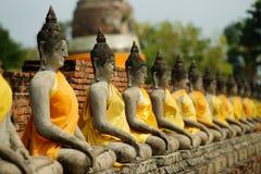 Fila de Buddhas asentado imagen de archivo libre de regalías
