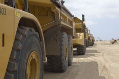 Fila de camiones en el vertedero imagenes de archivo