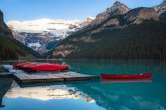 Fila de canoas, parque nacional de Banff imagen de archivo