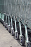 Fila de carros de la compra vacíos en supermercado grande Imagen de archivo libre de regalías