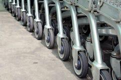 Fila de carros de la compra vacíos en supermercado grande Imagen de archivo