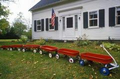 Fila de carros rojos Imagen de archivo
