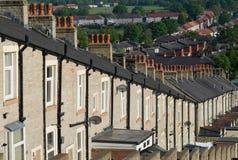 Fila de casas colgantes con los potes de chimenea rojos Foto de archivo