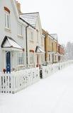 Fila de casas con nieve Fotos de archivo libres de regalías