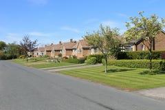 Fila de casas de planta baja en pueblo Imagen de archivo