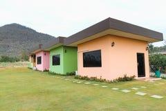 Fila de casas en el frente de la colina Foto de archivo libre de regalías