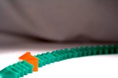 Fila de casas plásticas contra un contexto Imagen de archivo libre de regalías