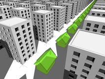 Fila de casas verdes entre muchos bloques de viviendas Fotos de archivo libres de regalías