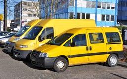 Fila de coches amarillos Imagenes de archivo