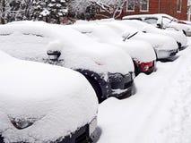 Fila de coches en la nieve Imágenes de archivo libres de regalías
