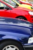 Fila de coches estacionados Fotografía de archivo