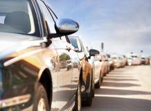 Fila de coches estacionados Foto de archivo libre de regalías