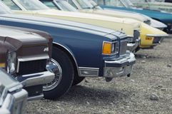 Fila de coches viejos Imágenes de archivo libres de regalías