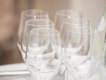 Fila de copas de vino vacías en contador de la barra Imágenes de archivo libres de regalías