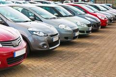 Fila de diversos coches usados Imagen de archivo libre de regalías
