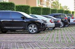 Fila de estacionar de los coches Foto de archivo