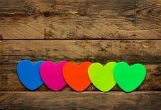 Fila de etiquetas engomadas coloridas brillantes Foto de archivo libre de regalías