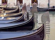 Fila de góndolas, Venecia, Italia Fotos de archivo libres de regalías