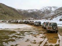 Fila de jeeps en montaña Fotografía de archivo