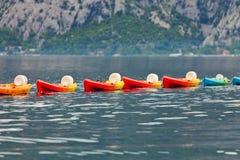 Fila de kajaks en el mar Imagen de archivo