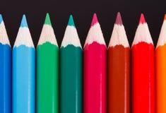 Fila de lápices de madera coloreados Imagenes de archivo