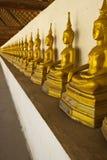Fila de la imagen de Buddha bajo el pabellón Fotografía de archivo