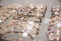 Fila de la lente de lujo en una tienda de los ópticos lentes en el óptico Sideview de lentes ópticas de moda, colgando fotos de archivo