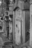 Fila de la piedra sepulcral vieja en el cementerio Imagen de archivo