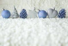 Fila de la plata y de los elementos azules de la decoración Fotos de archivo
