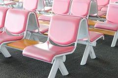 Fila de la silla de cuero rosada en el aeropuerto Imagen de archivo