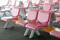 Fila de la silla de cuero rosada en el aeropuerto Foto de archivo libre de regalías