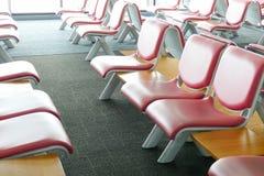 Fila de la silla de cuero rosada en el aeropuerto Imagen de archivo libre de regalías