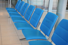 fila de la silla pública para la gente que espera al encuentro Imagenes de archivo