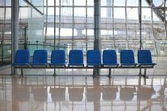 fila de la silla pública para la gente que espera al encuentro Imágenes de archivo libres de regalías