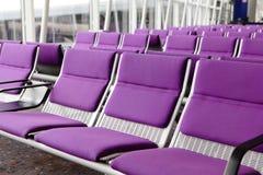 Fila de la silla púrpura en el aeropuerto Fotos de archivo libres de regalías