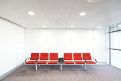 Fila de la silla roja en el aeropuerto Fotos de archivo