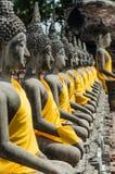 Fila de la situación de Buda en Wat Yai Chaimongkol Imagenes de archivo
