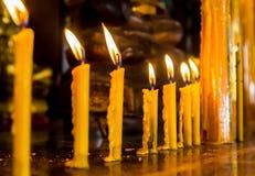Fila de la vela en el templo del buddhism Foto de archivo libre de regalías