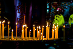 Fila de la vela en el templo del buddhism Foto de archivo