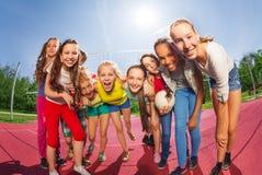 Fila de las adolescencias que se colocan en la corte del partido de balonvolea Fotos de archivo libres de regalías