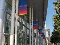 Fila de las banderas de la cumbre de los servicios web AWS del Amazonas en San Francisco fotos de archivo