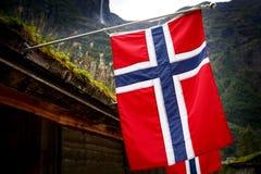 Fila de las banderas noruegas al aire libre en la naturaleza verde, montañas en el fondo imágenes de archivo libres de regalías