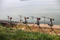 Fila de las barras de pesca imagen de archivo