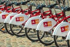 Fila de las bicicletas de alquiler del transporte público en Amberes, Bélgica Fotos de archivo