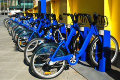 Fila de las bicicletas para el alquiler Fotos de archivo