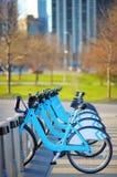 Fila de las bicis de la ciudad para el alquiler imagen de archivo libre de regalías